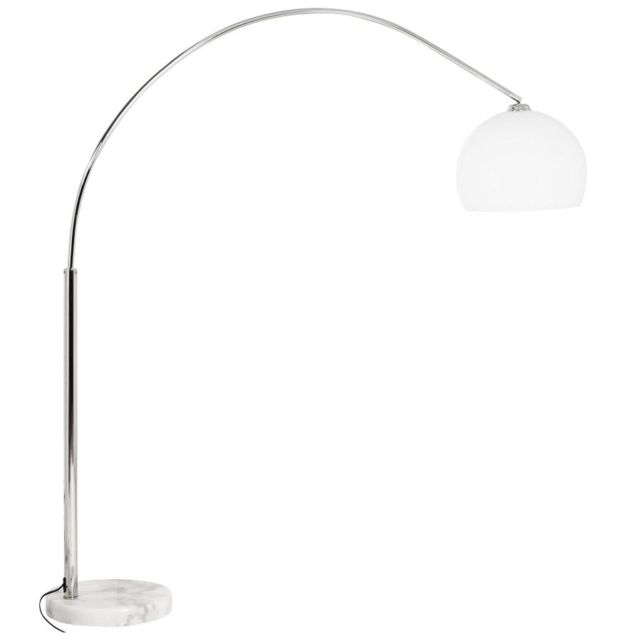 Lampe en arc, abat-jour blanc.