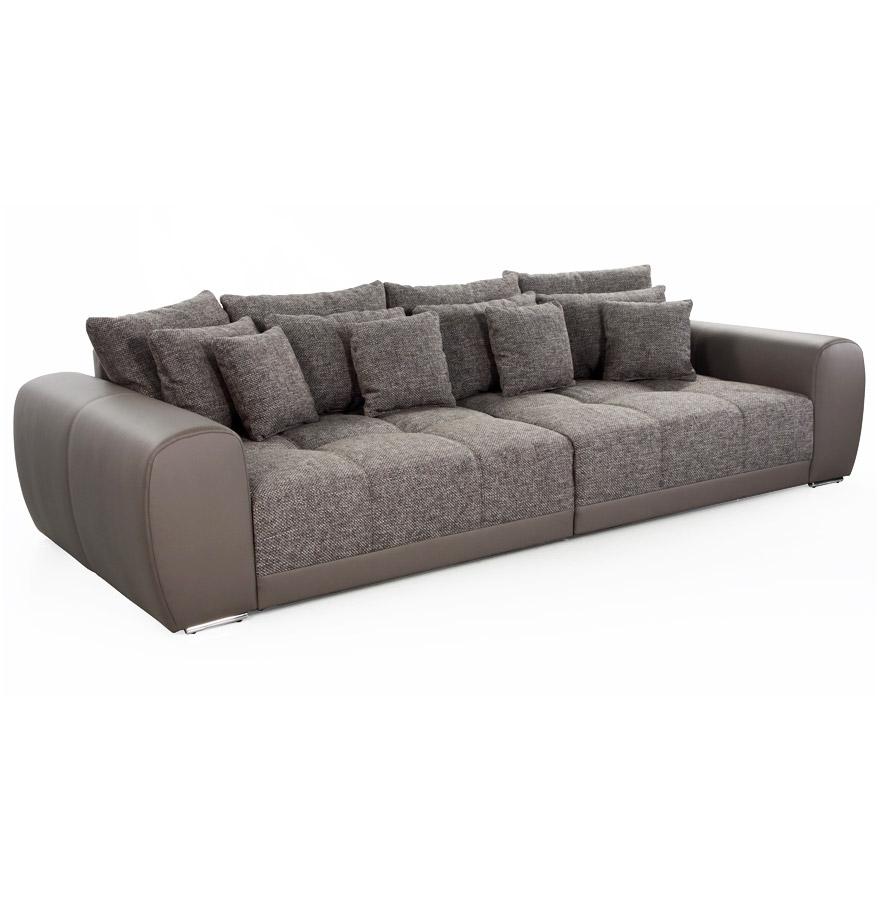 Grand canapé droit de 4 places recouvert de tissu chenille et similicuir.