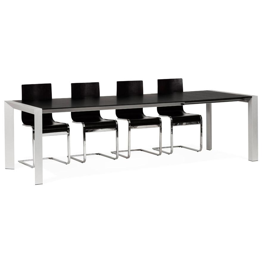 Grande table MDF plaqué frêne noir avec des pieds en métal brossé.