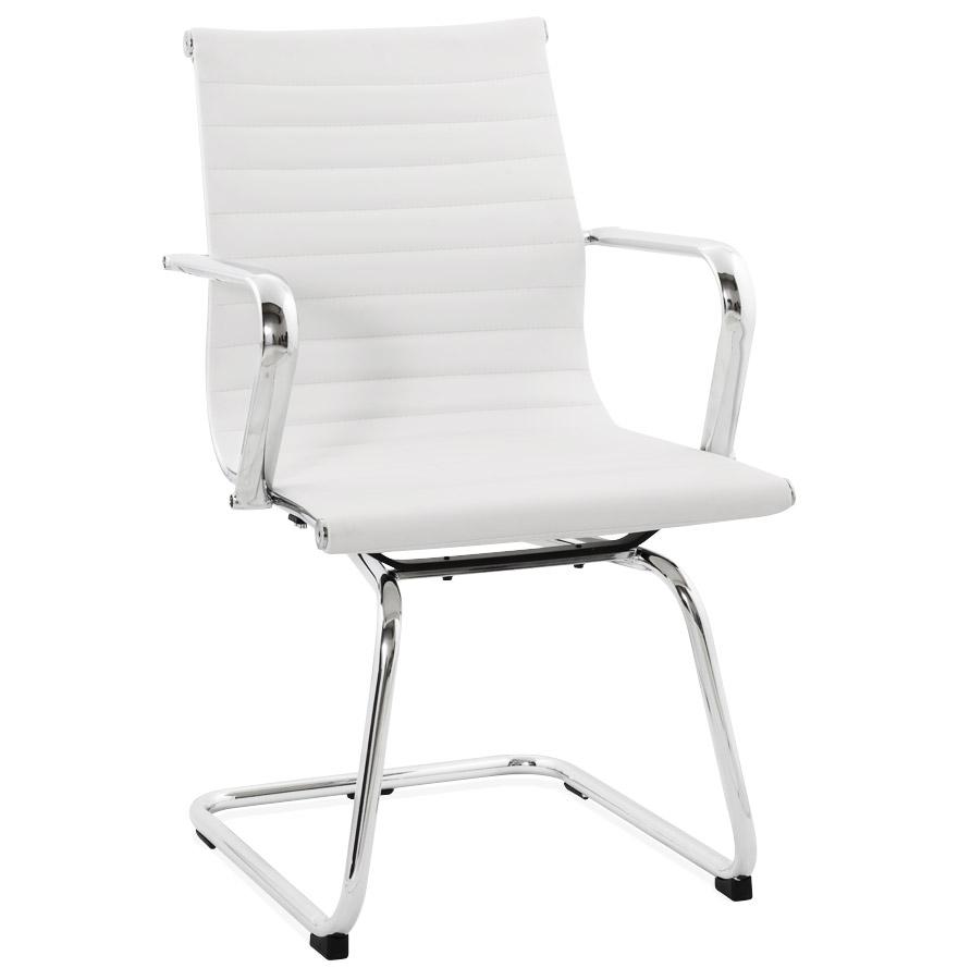 Chaise de bureau avec assise en similicuir blanc et structure en métal.