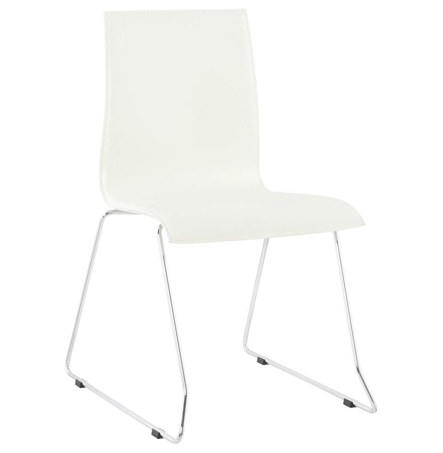 Chaise composée d'une assise et d'un dossier en similicuir blanc et de pieds en métal.