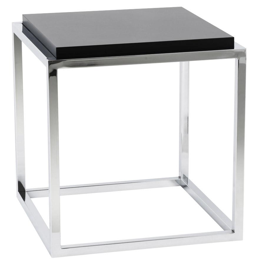 Cube de rangement empilable composé d'une tablette en MDF noir et d'une structure en métal chromé.