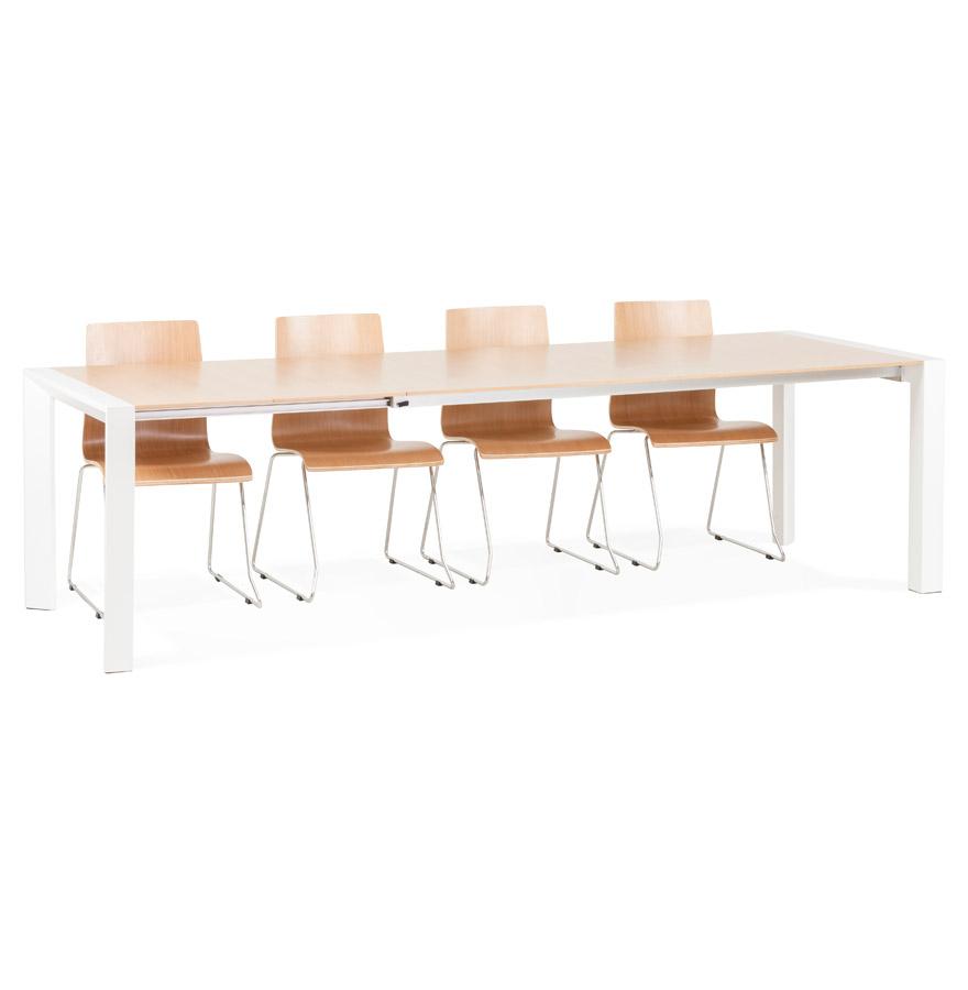 Grande table avec des pieds en MDF blanc mat et un plateau plaqué chêne.