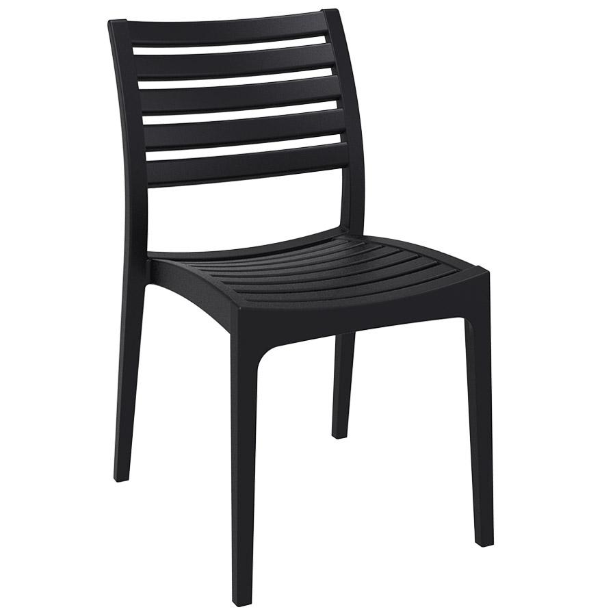 Chaise de terrasse en matière plastique renforcée.