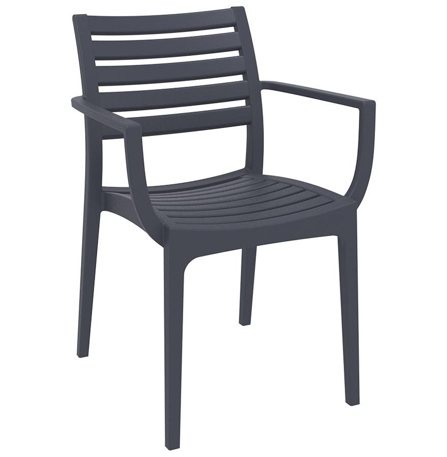 Chaise de terrasse empilable en matière plastique renforcée avec accoudoirs.