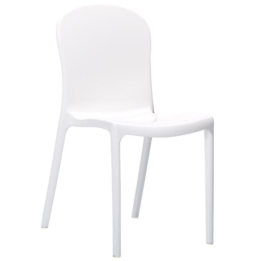 Chaise design empilable utilisable à l'extérieur.